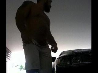 Hombre hetero lavando su auto su verga